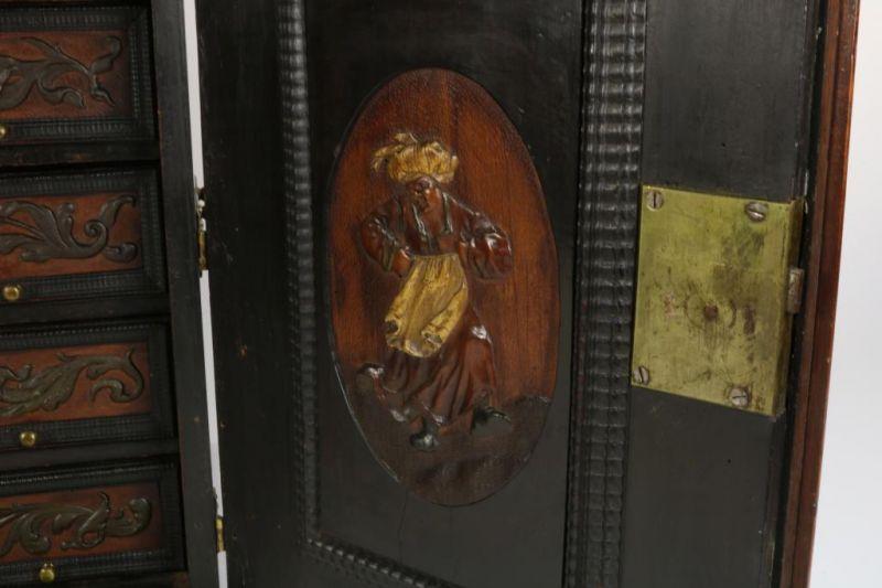 Los 50 - Noten houten kunstkabinet met verguld bronzen beslag, op de zijkanten 2 grepen, het front met 2