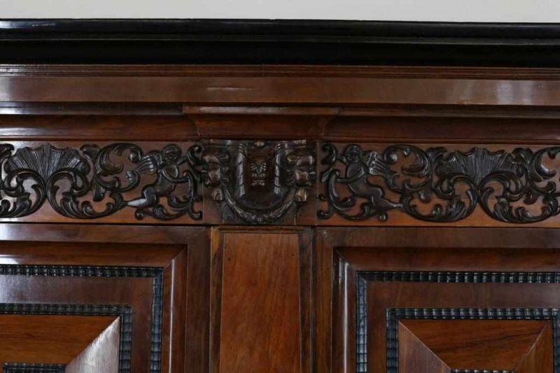 Los 33 - Mahonie en ebbenhouten Renaissance kussenkast versierd met snij- steekwerk in de kap en gestoken