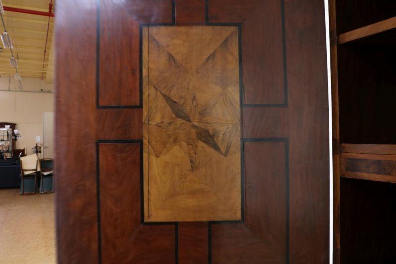 Los 39 - Met oesterfineer belijmd Barok kabinet met twee deuren en onderin 5 laden, binnenkant van de