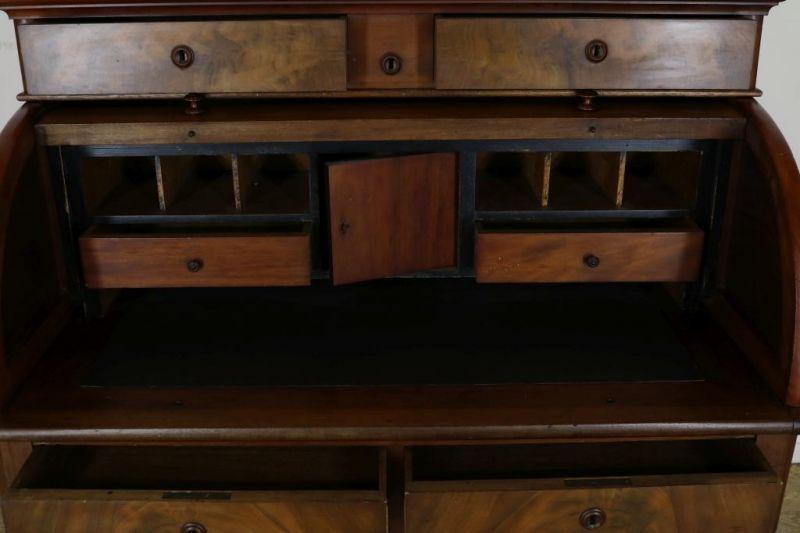 Los 14 - Mahonie Biedermeier cilinderbureau met opstand waaronder 4 laden en schrijfblad met interieur van