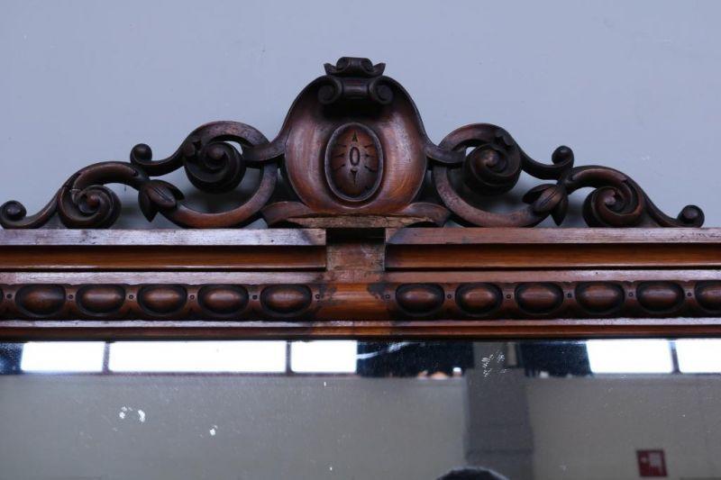 Spiegel in mahonie lijst met gestoken kuif, 19e eeuw. h. 183, br. 140 cm. (enkele ornamenten manco) - Bild 2 aus 3