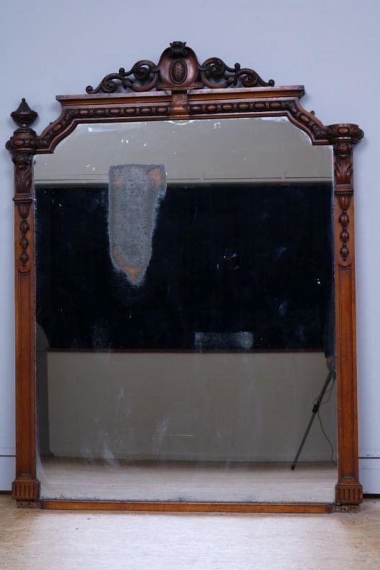 Spiegel in mahonie lijst met gestoken kuif, 19e eeuw. h. 183, br. 140 cm. (enkele ornamenten manco)
