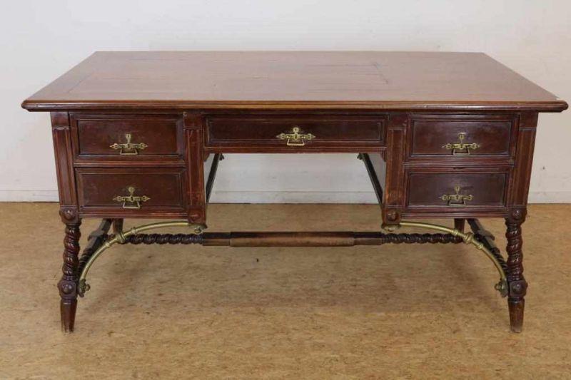 Los 24 - Mahonie bureau met 5 laden rustend op getorste poten verbonden door koperen ornamenten, Spanje, h.