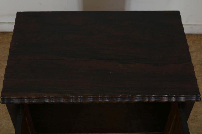 Met palissander belijmde commode met 2 deuren, h. 54, br. 54, d. 35 cm. Partly rosewood commode with - Bild 3 aus 3