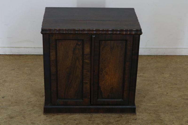 Met palissander belijmde commode met 2 deuren, h. 54, br. 54, d. 35 cm. Partly rosewood commode with