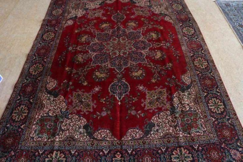 Los 8 - Tapijt, Tabriz, 382 x 274 cm. A carpet, Tabriz, 382 x 274 cm.