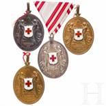 Decoration of the Red Cross - four medalsVier Ehrenmedaillen ohne Kriegsdekoration (Frieden). Zwei