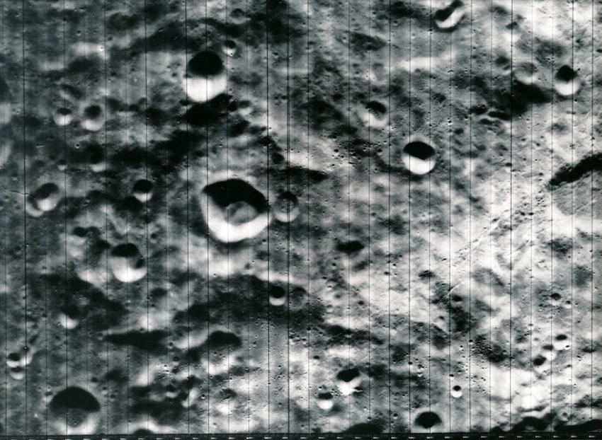 Lot 25 - Nasa. Vue du sol lunaire. Sonde Lunar Orbiter. Le programme LUNAR ORBITER a eu pour [...]