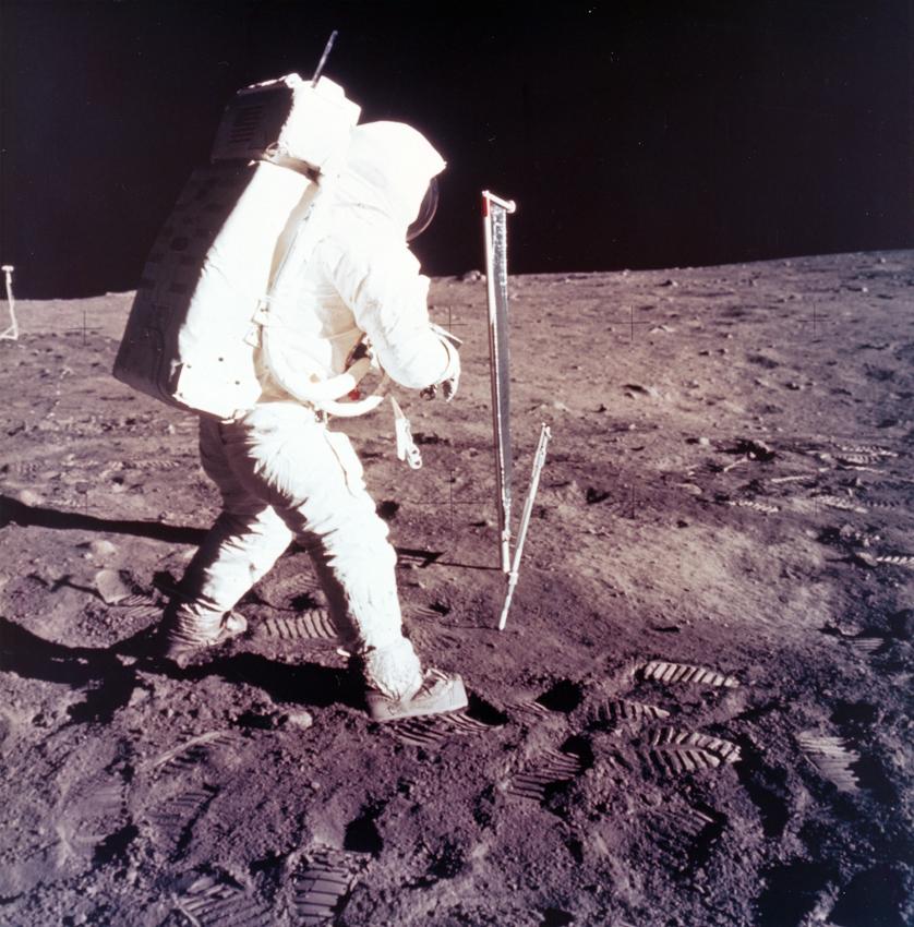 Lot 47 - NASA : Mission Apollo 11. L'astronaute Buzz Aldrin réalise des prélèvements de [...]