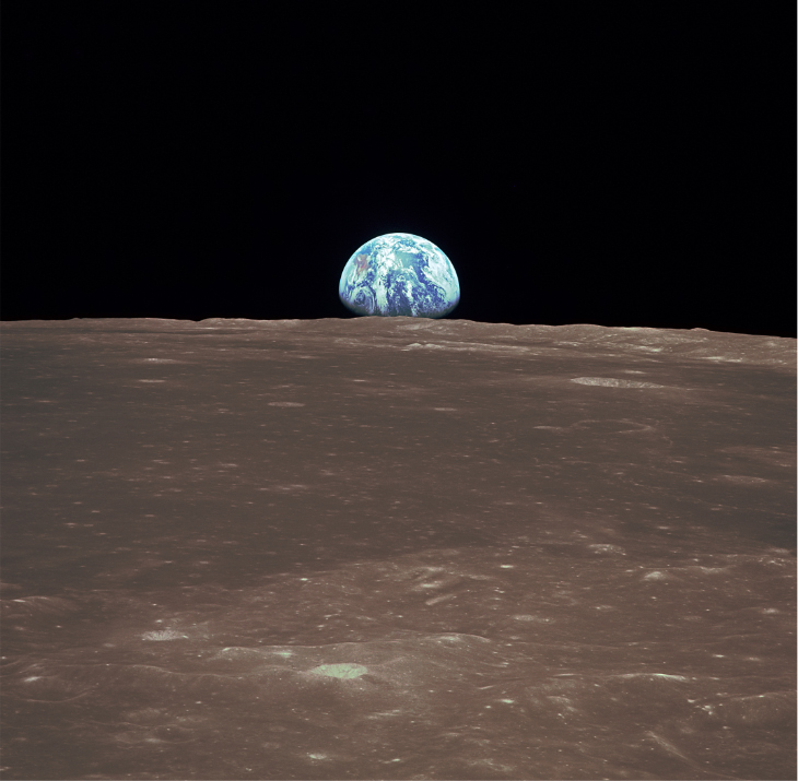 "Lot 48 - Grand Format. Apollo 11. Rare ""levé de Terre"" depuis le module de command Apollo 11 [...]"