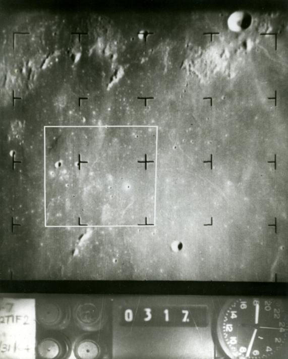 Lot 20 - NASA : Photographie du sol lunaire prise par la sol RANGERS VII. La sonde RANGERS VII [...]