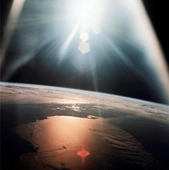 Lot 30 - Nasa. GRAND FORMAT. Mission Apollo 7. Levé de soleil sur le Golf du Mexique et [...]