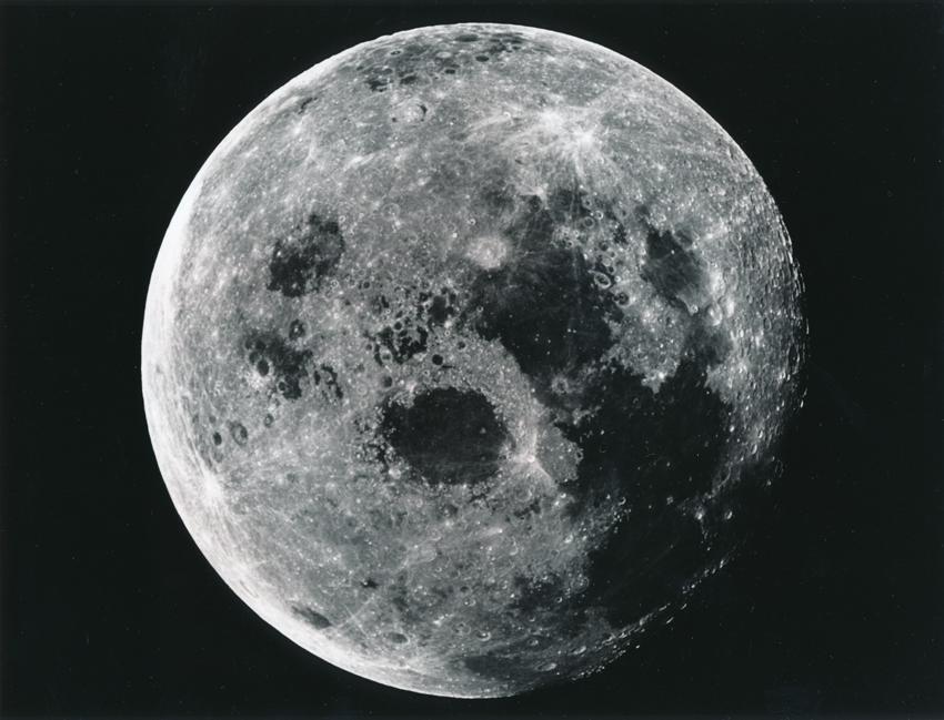 Lot 40 - NASA. Mission Apollo 11. Magnifique vue de la Lune depuis le module de service de la [...]
