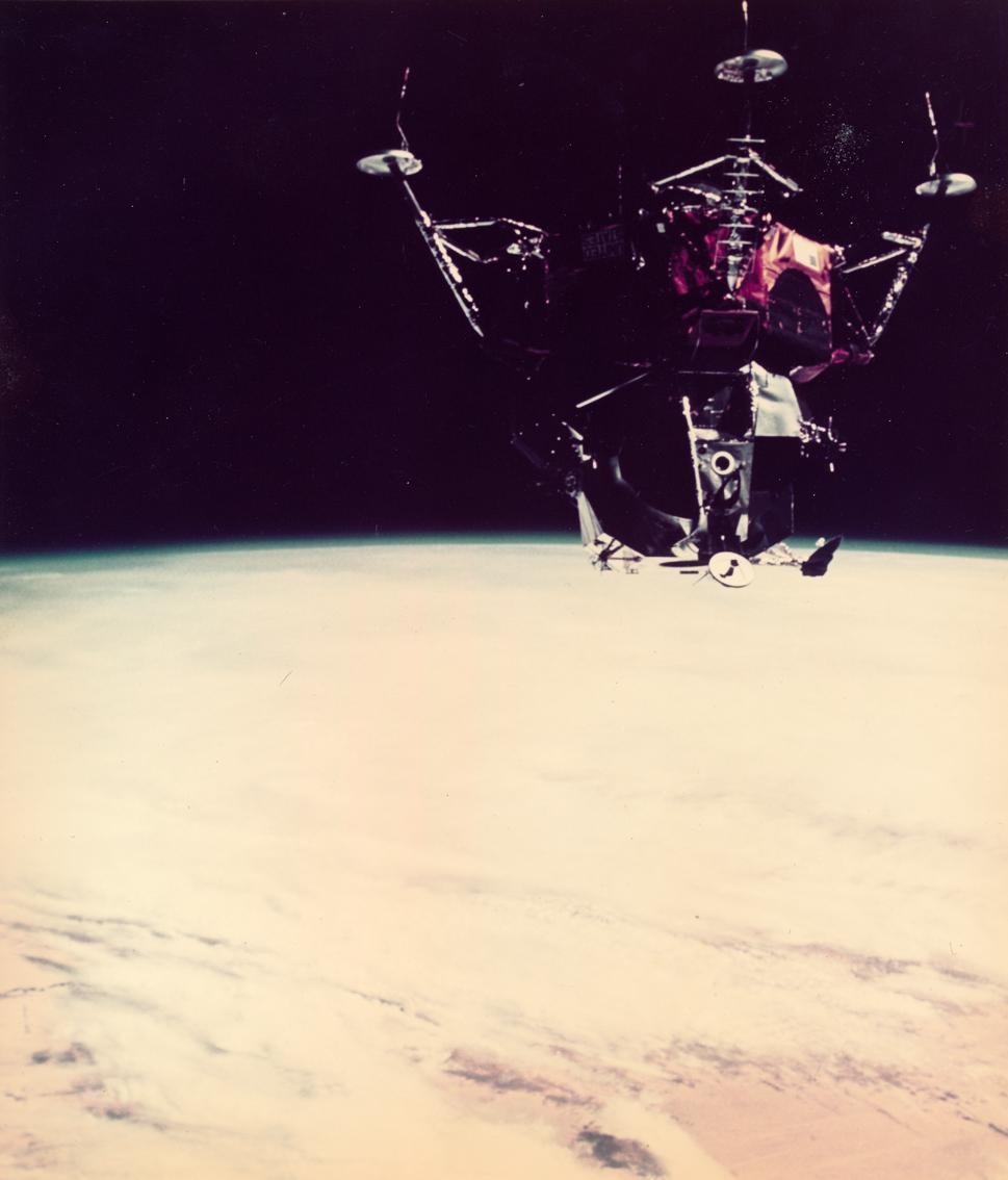 Lot 51 - NASA : Mission Apollo 9. Le module lunaire en orbite autour de la Terre pendant une [...]