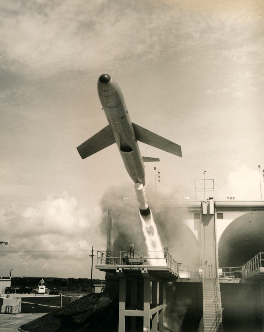 "Lot 11 - NASA : US Air Force. Impressionnant décollage d'un missile ""SNUCKLE"". Circa 1955. [...]"