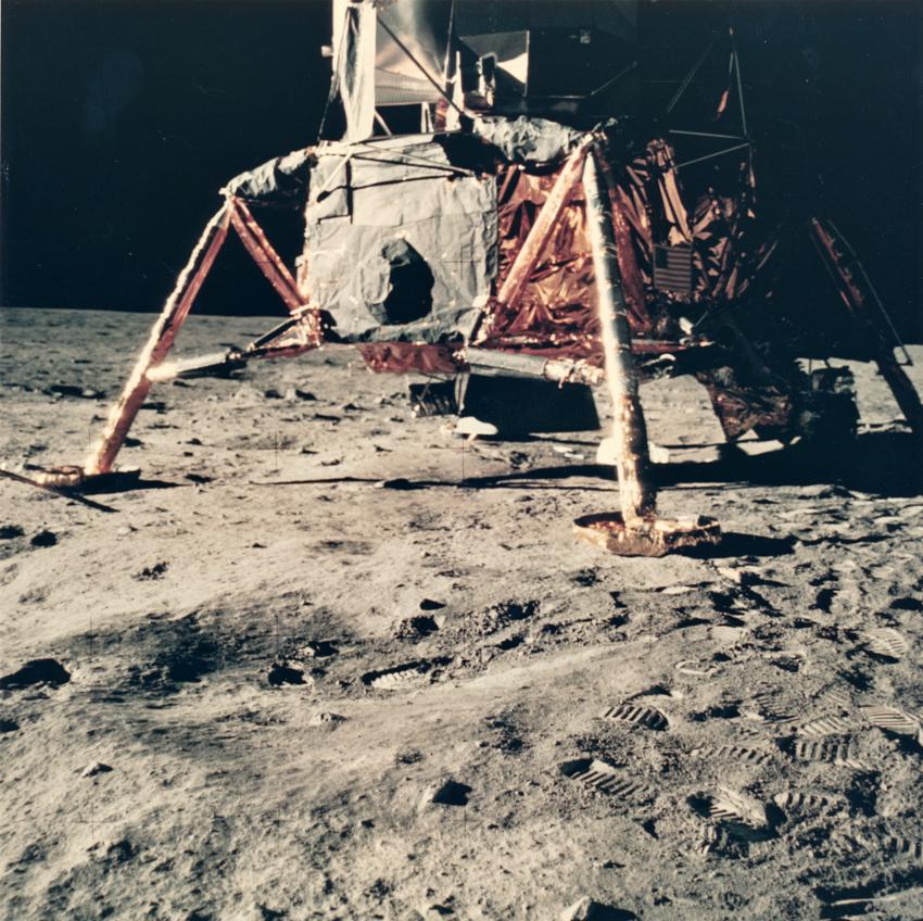 """Lot 45 - Nasa. Rare point de vue du module lunaire """"EAGLE"""" qui vient d'alunir sur la Lune le [...]"""