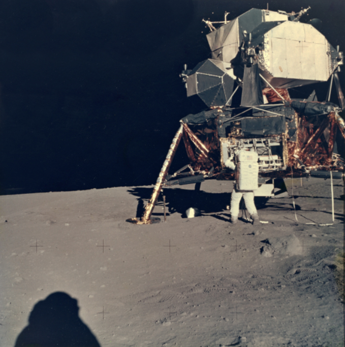 """Lot 46 - Nasa. Mission Apollo 11. L'astronaute Buzz Aldrin retire du module lunaire """"Eagle"""" [...]"""