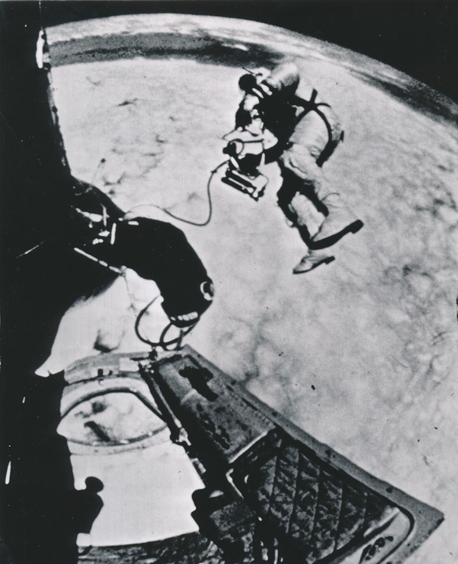 Lot 22 - Nasa. Mission GEMINI IV. Le 8 juin 1965, l'astronaute Ed. White réalise la première [...]