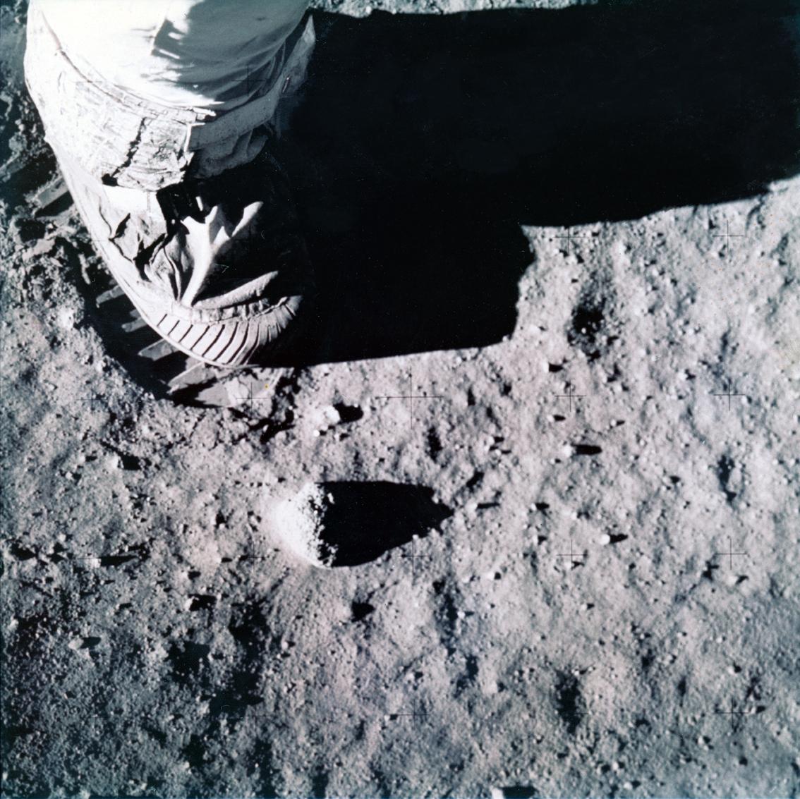 Lot 36 - Nasa. Apollo 11. Photographie historique montrant le pied de l'astronaute Buzz Aldrin [...]