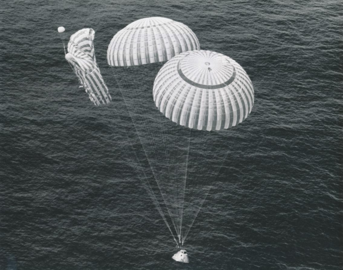 """Lot 58 - Nasa. Mission Apollo 15. Spectaculaire """"Splashdown"""" dans l'océan Pacifique du module [...]"""