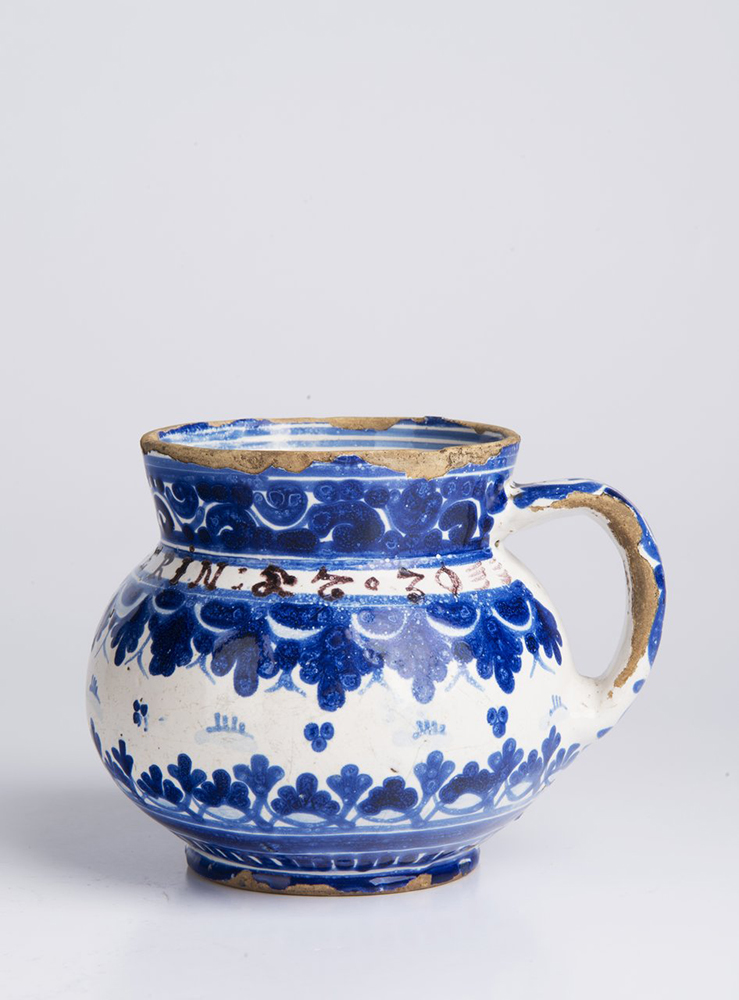 A SMALL PITCHER 10,5 cm Faïence, white glaze, painted in grand feu colors. Small pitcher with a - Image 2 of 5