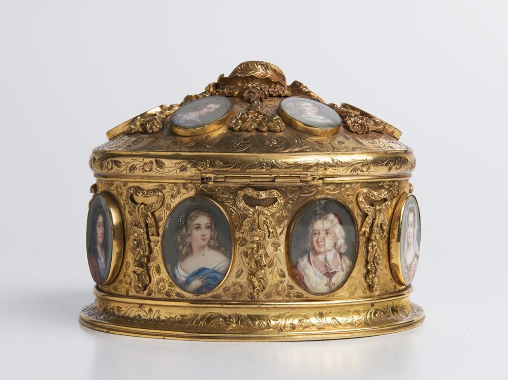 A BOX WITH MINIATURES Around 1840; France 11,5x15x13 cm Gilt brass, gouache painting on ivory,