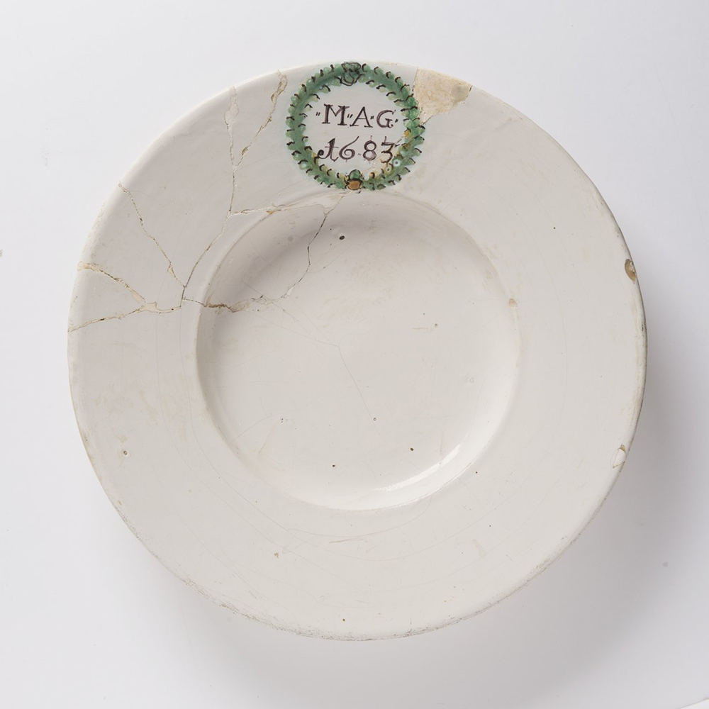 A HABAN PLATE Diameter: 32 cm white glaze, painted in grand feu colors. Diameter: 32 cm Shallow