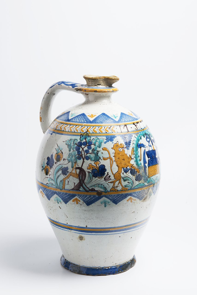 A POST-HABAN JUG OF THE GUILD OF COOPERS 45 cm Faïence, white glaze, painted in grand feu colors. A