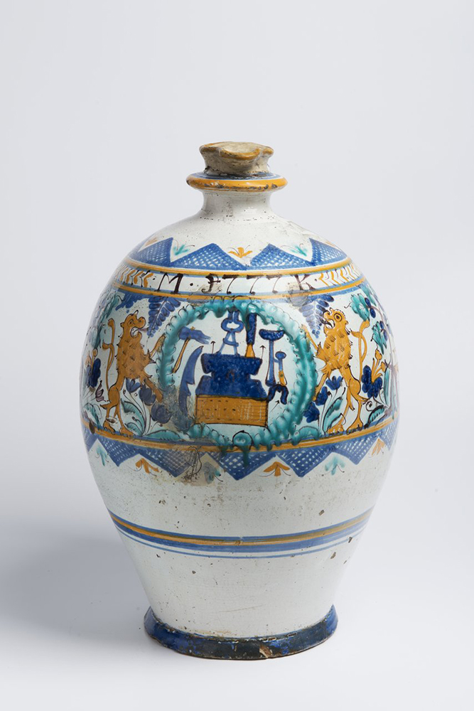 A POST-HABAN JUG OF THE GUILD OF COOPERS 45 cm Faïence, white glaze, painted in grand feu colors. A - Image 2 of 5