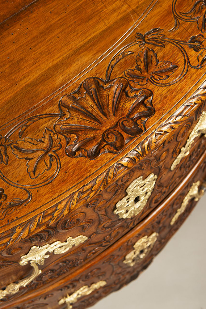A ROCOCO COMMODE Ca. 1740; Germany. Aachen 81x95x53 cm Walnut, gilt bronze. Richly carved and - Image 3 of 5