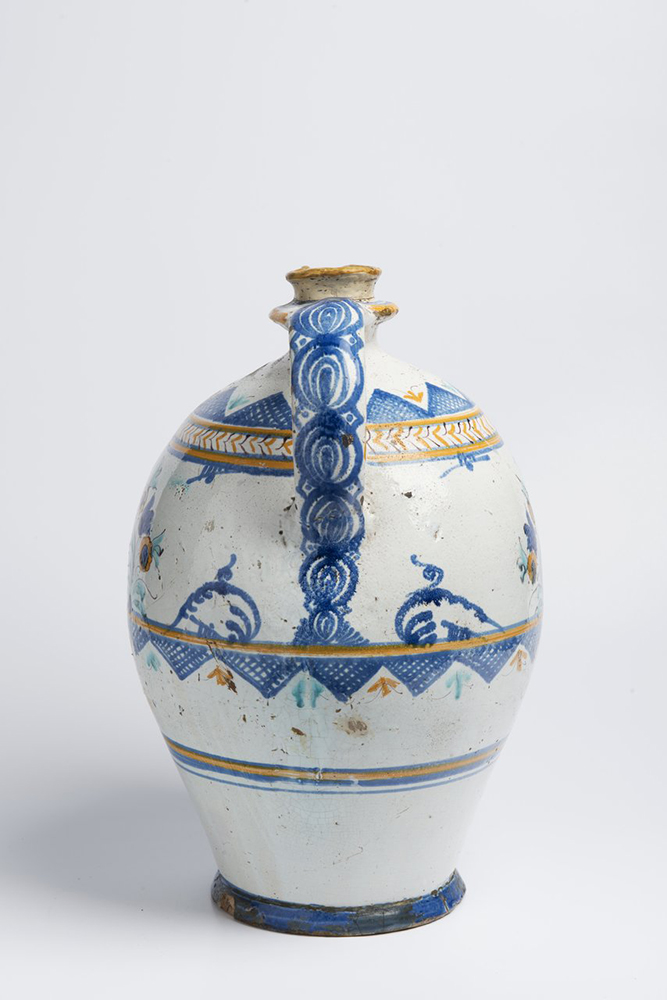 A POST-HABAN JUG OF THE GUILD OF COOPERS 45 cm Faïence, white glaze, painted in grand feu colors. A - Image 4 of 5