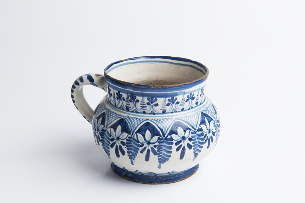 A SMALL PITCHER Mid-18th century 9,5 cm Faïence, white glaze, painted in grand feu colors.