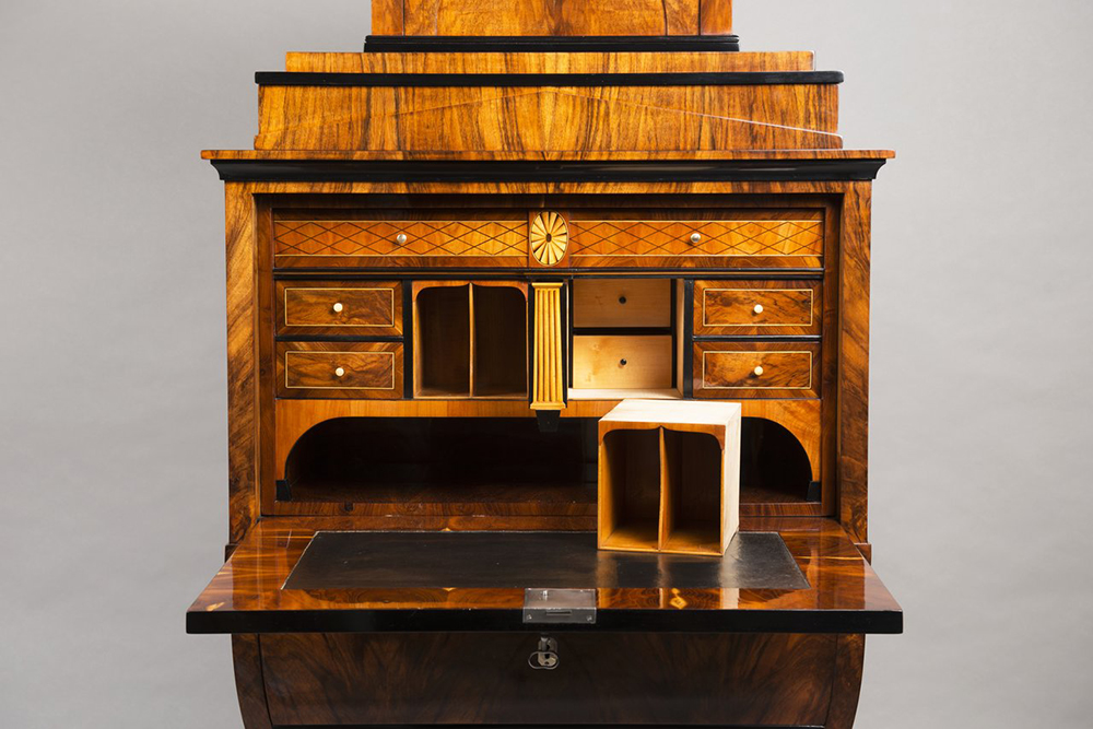 A BIEDERMEIER SECRETARY DESK Around 1825; Austria-Hungary, Vienna 167x79,5x44 cm Walnut, maple, - Image 4 of 6
