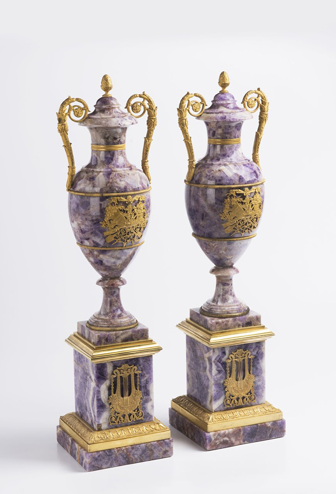 A PAIR OF NEOCLASSICAL VASES Early 19th century; France 61 cm Amethyst, gilt bronze. A pair of Louis