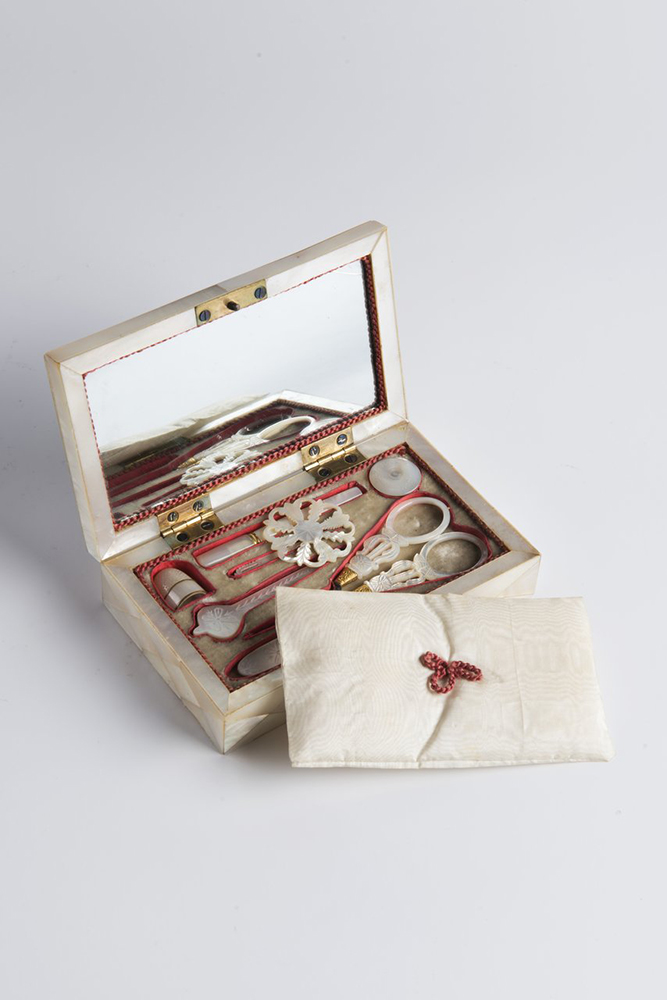 BALTHAZAR WIGAND (1771-1846): A SEWING NOTION BOX WITH A MINIATURE 4x13,5x8 cm Mother-of-pearl, - Image 3 of 3