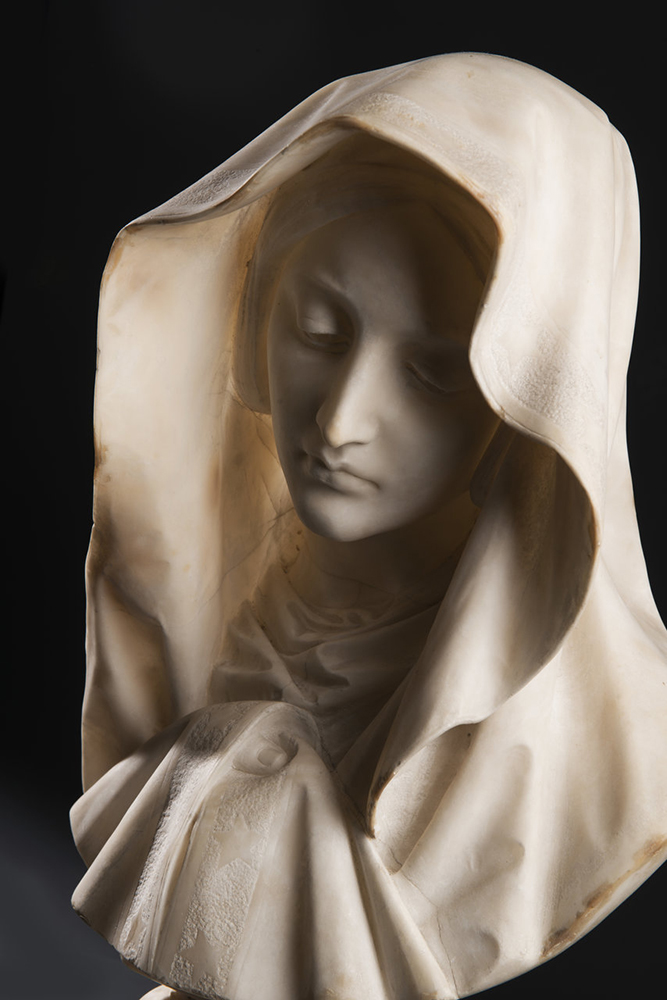 UNKNOWN ITALIAN MASTER: YOUNG LADY WITH A VEIL Around 1850; Italy 61 cm An alabaster bust of a young - Image 3 of 5
