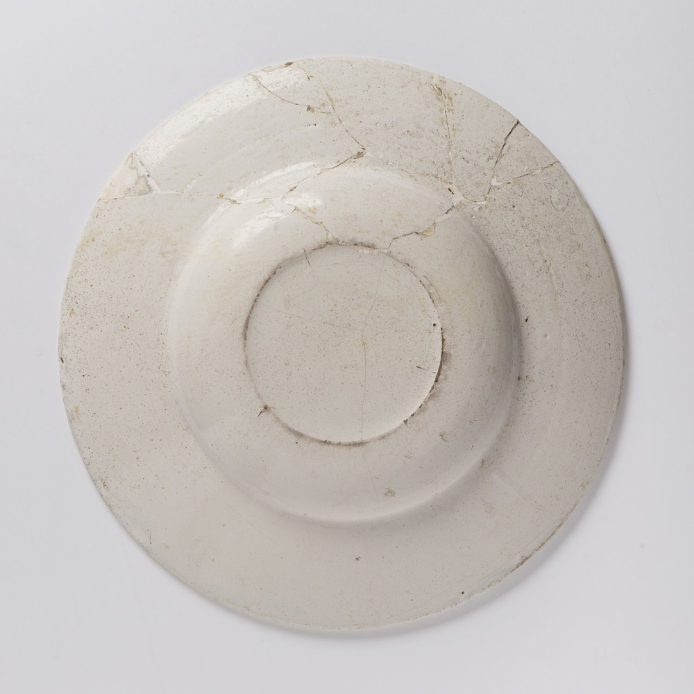 A HABAN PLATE Diameter: 32 cm white glaze, painted in grand feu colors. Diameter: 32 cm Shallow - Image 2 of 2