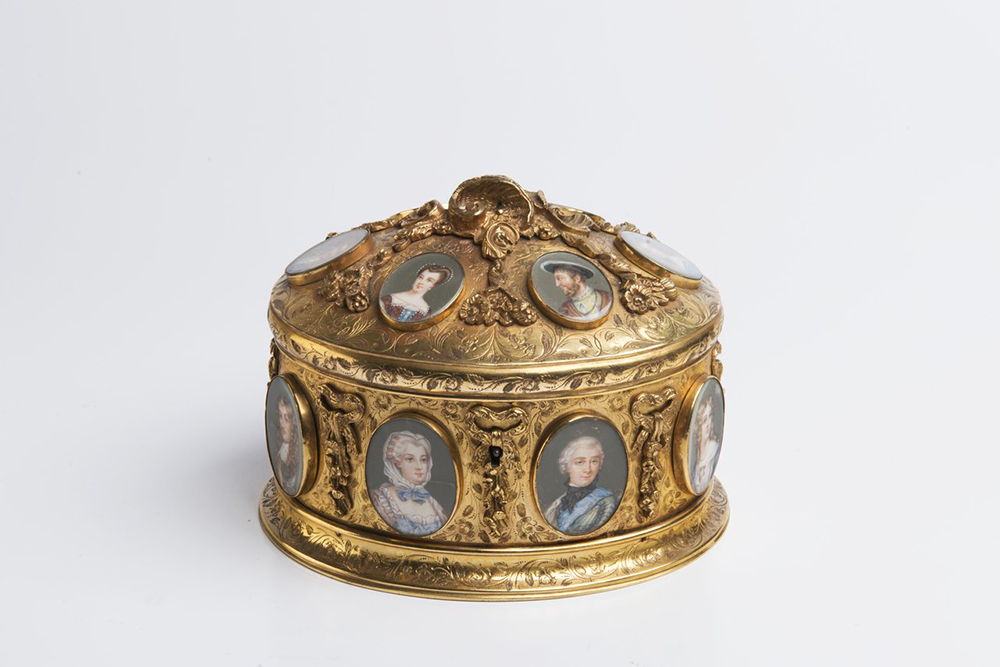 A BOX WITH MINIATURES Around 1840; France 11,5x15x13 cm Gilt brass, gouache painting on ivory, - Image 2 of 4