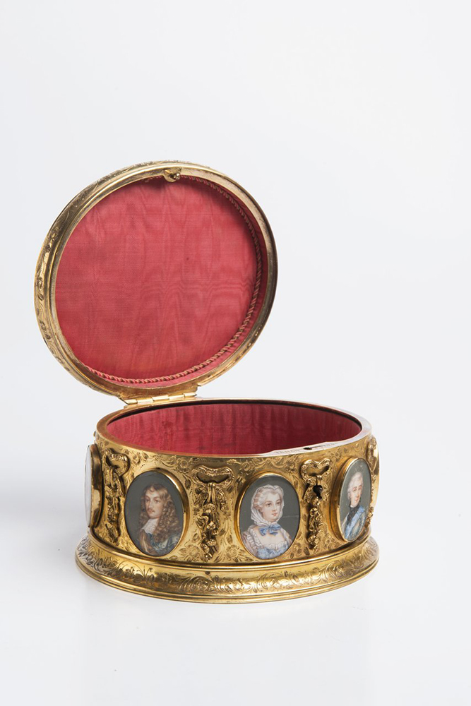 A BOX WITH MINIATURES Around 1840; France 11,5x15x13 cm Gilt brass, gouache painting on ivory, - Image 3 of 4