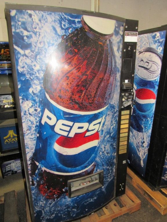 Lot 129 - VENDO BUBBLE FRONT PEPSI CAN VENDING MACHINE
