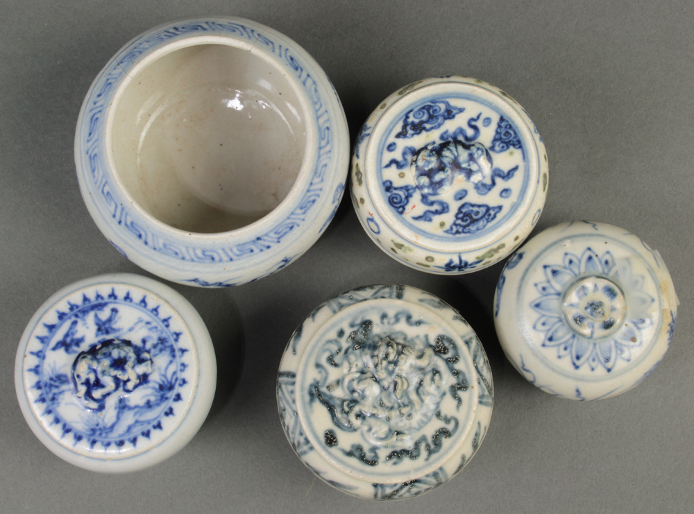 (lot of 9) Vietnamese blue-and-white small ceramic vessels: four cosmetic boxes; one jar; four - Image 2 of 3