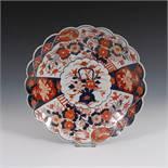 Reserve: 60 EUR        Imari-Teller mit Wellenrand. China, Porzellan. Schalenartiger Teller mit