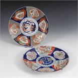 2 Imari-Teller. China, Porzellan, Unterglasur-Blaumalerei mit Rot, Grün und Gold. Beide Teller mit