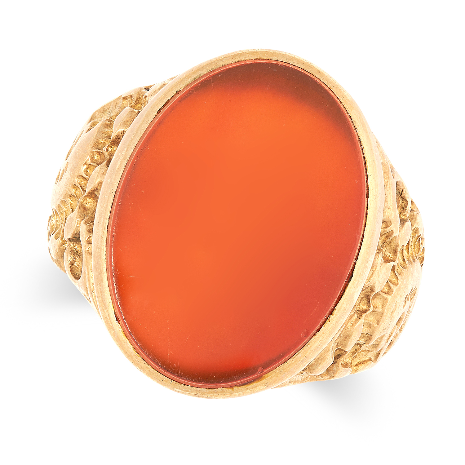 Los 28 - A GENTLEMAN'S CARNELIAN SIGNET RING set with a polished piece of carnelian, size Q / 8.5, 8.2g.