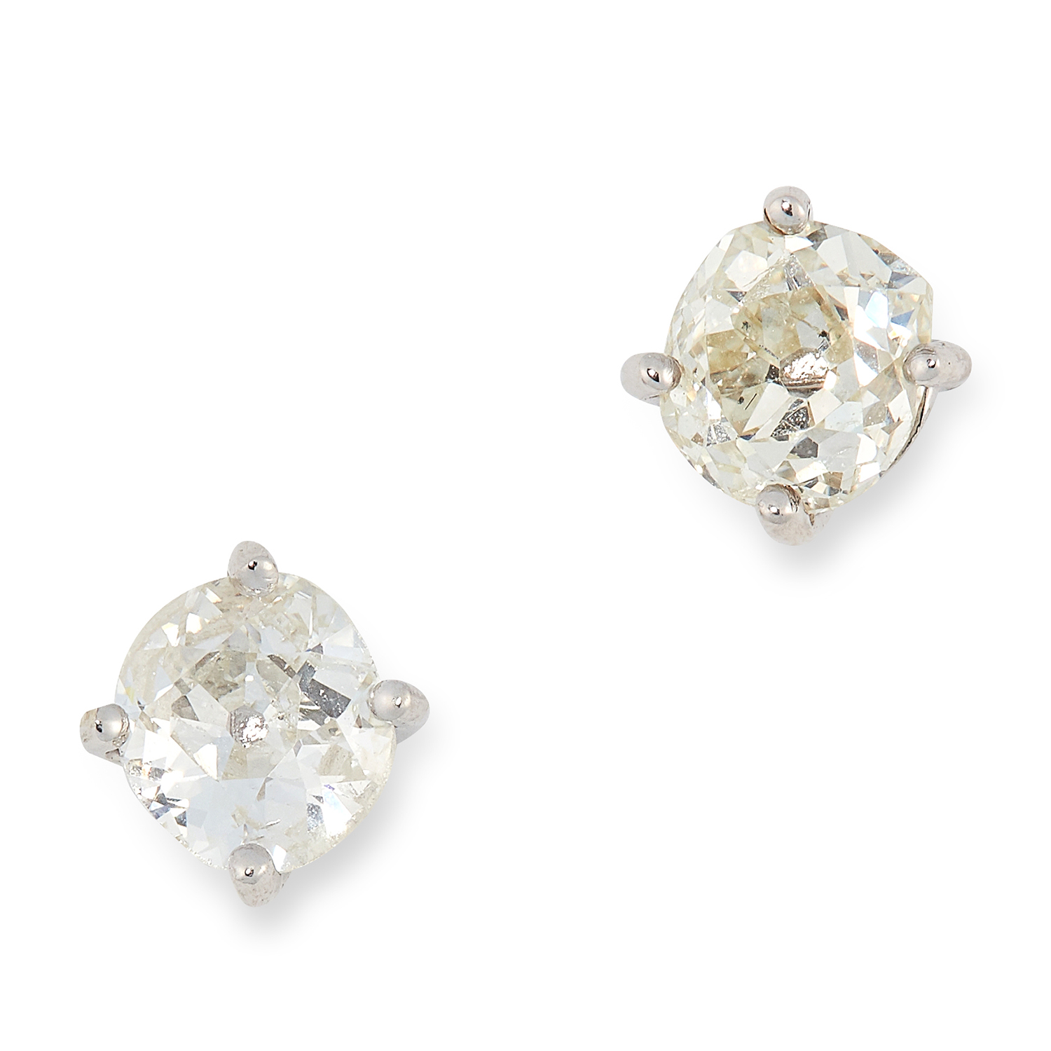 Los 40A - A PAIR OF 1.00 CARAT DIAMOND STUD EARRINGS each set with an old round cut diamond, totalling 1.00