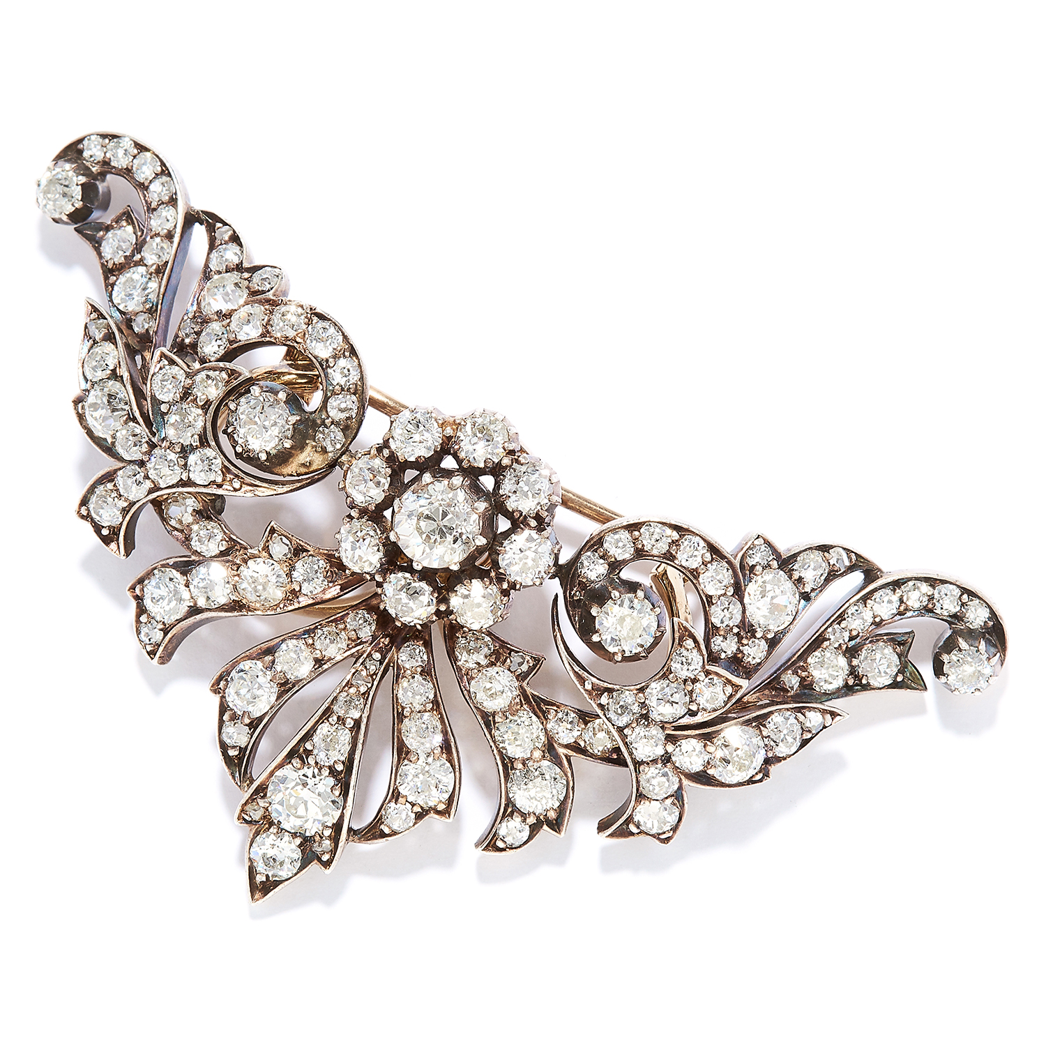 Los 27A - ANTIQUE 7.12 CARAT DIAMOND BROOCH in yellow gold, set with old cut diamonds totalling