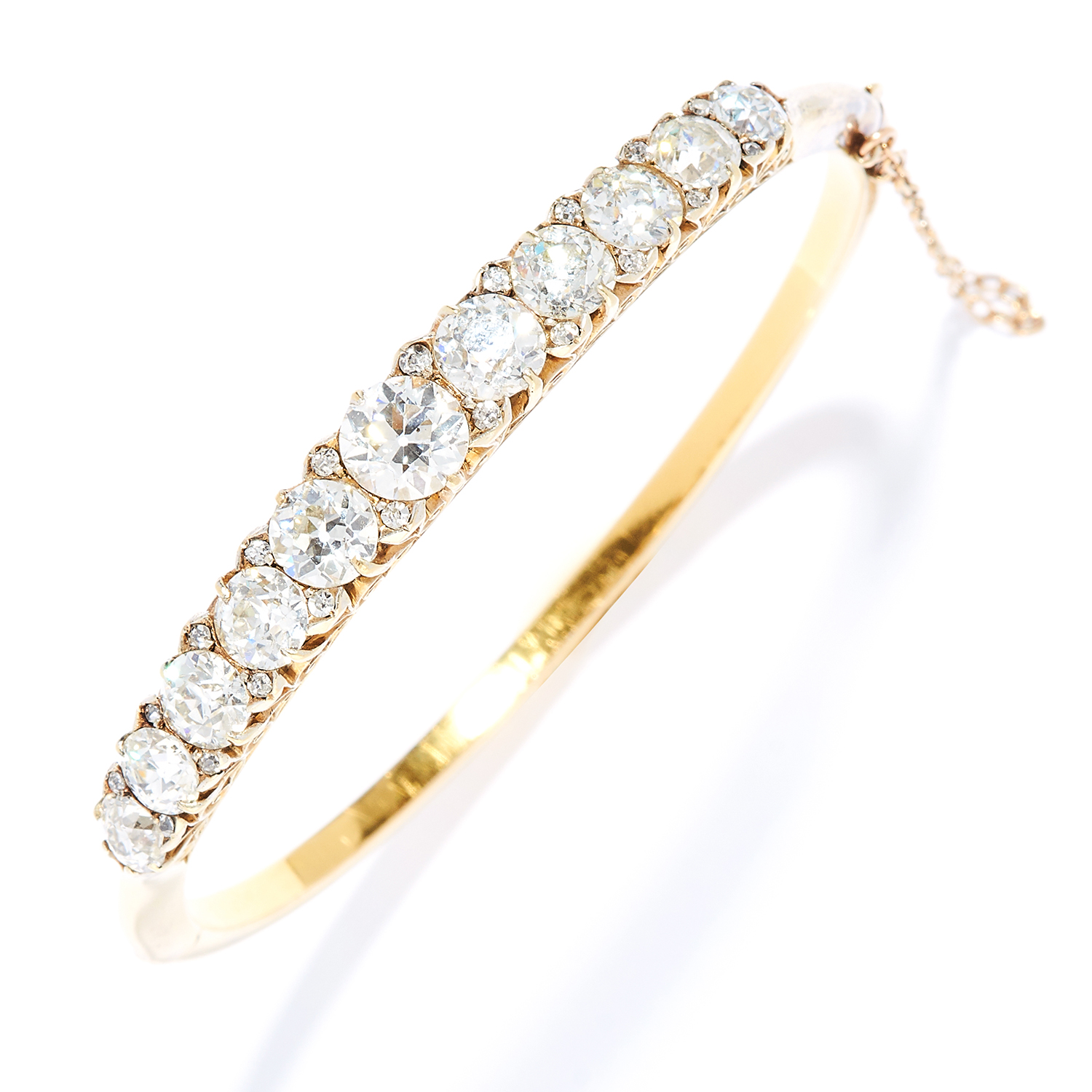 Los 32 - ANTIQUE 10.00 CARAT DIAMOND BANGLE in high carat yellow gold, set with a row of old cut diamonds