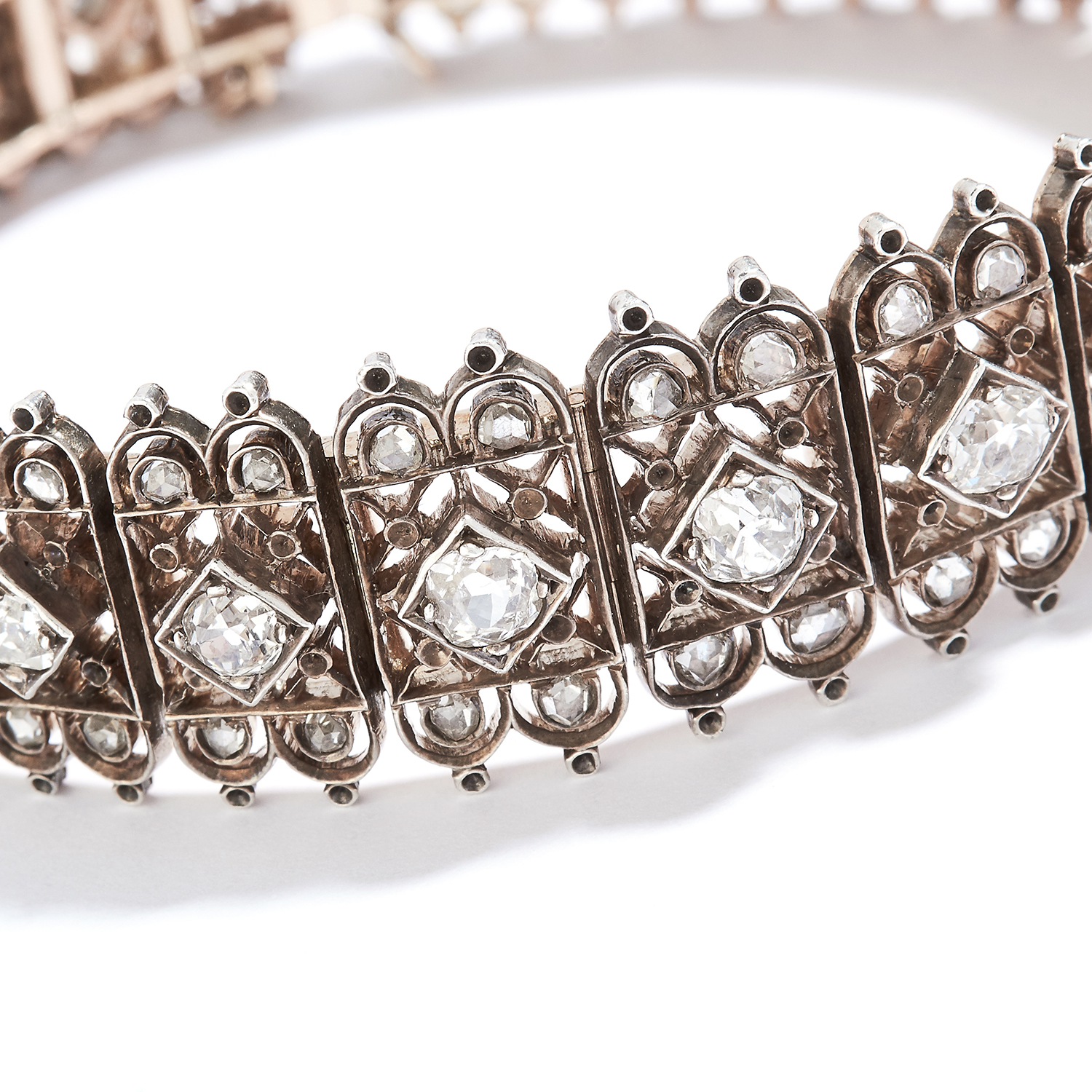 Los 28 - ANTIQUE DIAMOND BRACELET in high carat yellow gold, set with a row of old cut diamonds in detailed