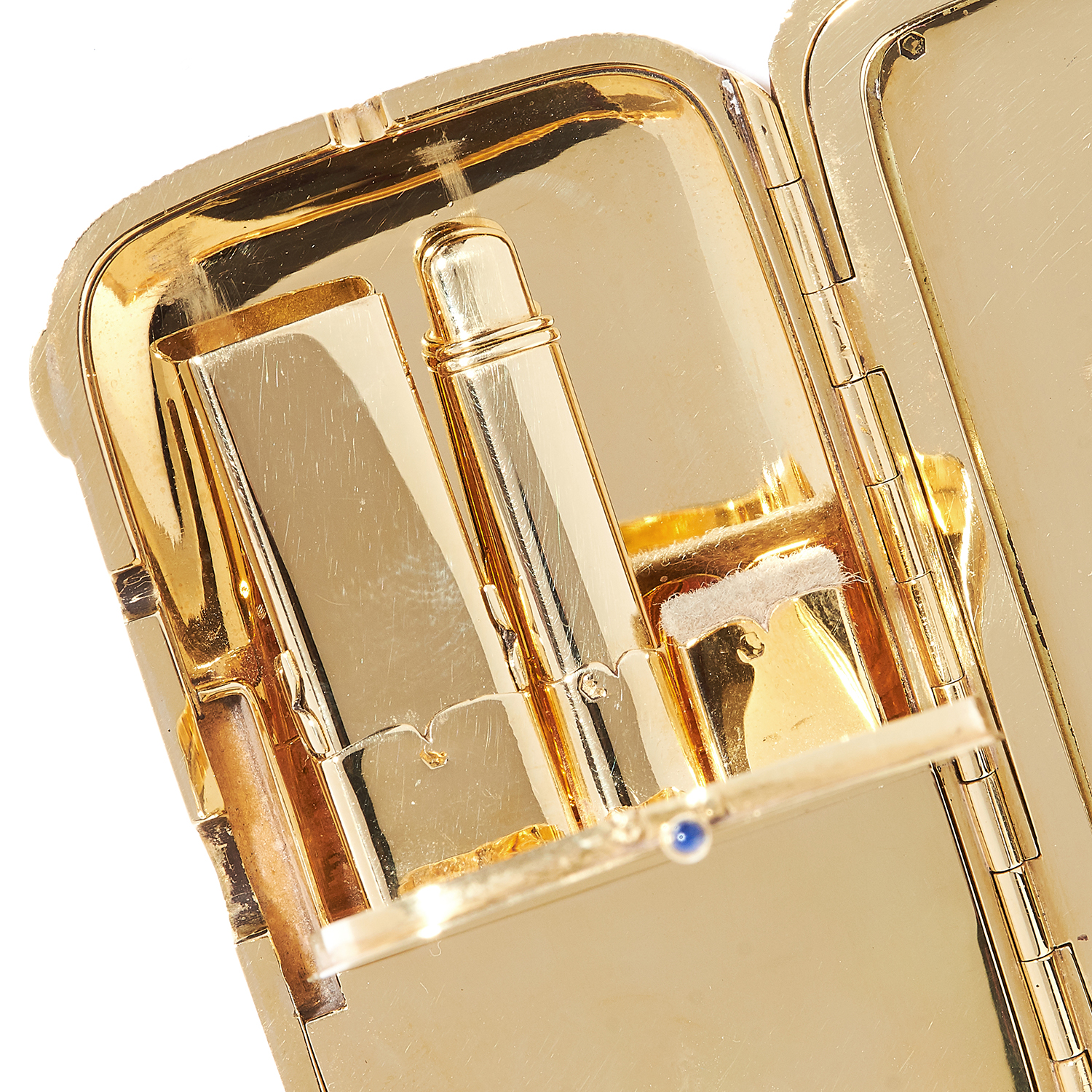 Los 45 - ANTIQUE SAPPHIRE COMPACT, CARTIER in 18ct yellow gold, in textured gold design with gold chain,