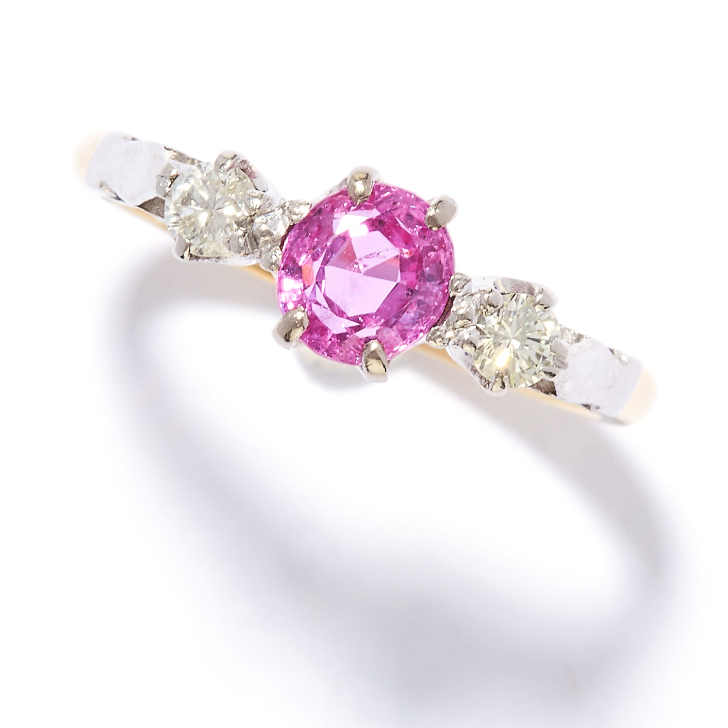 Los 48 - PINK SAPPHIRE AND DIAMOND THREE STONE RING in 18ct yellow gold, set with a round cut pink sapphire